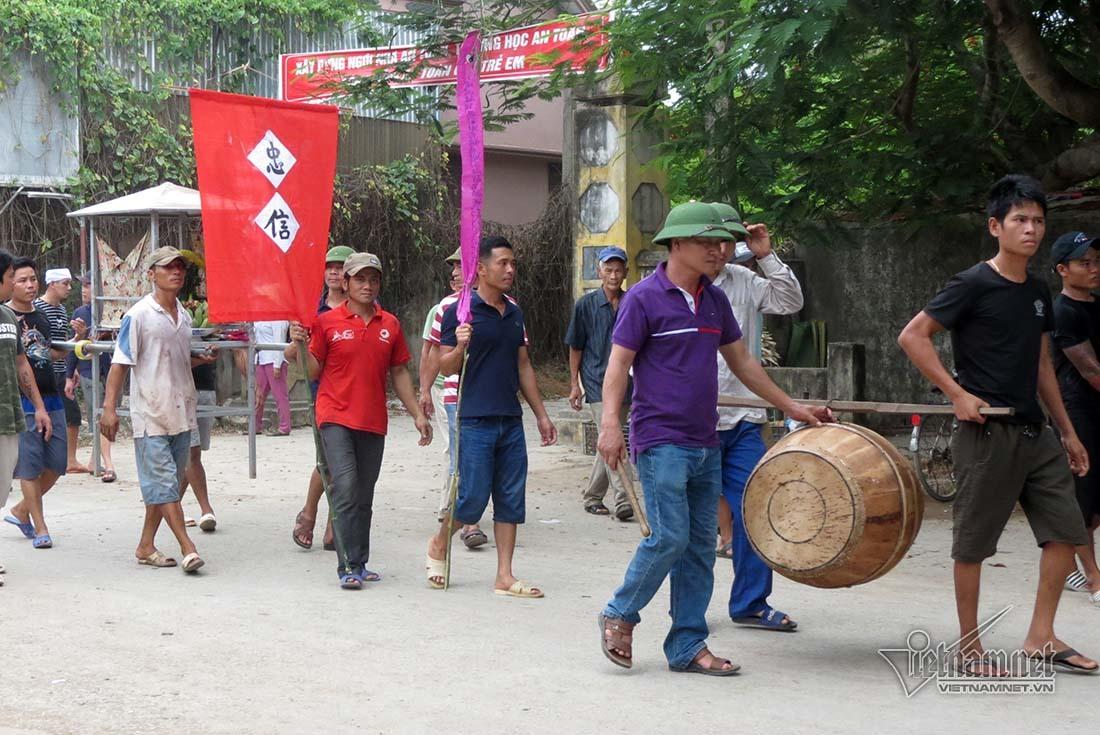 Chìm tàu cá ở Bạch Long Vĩ, trắng khăn tang đường làng ở Nghệ An