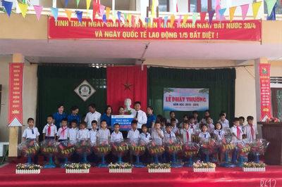 Fubon Life Việt Nam tặng quà cho học sinh nghèo vượt khó