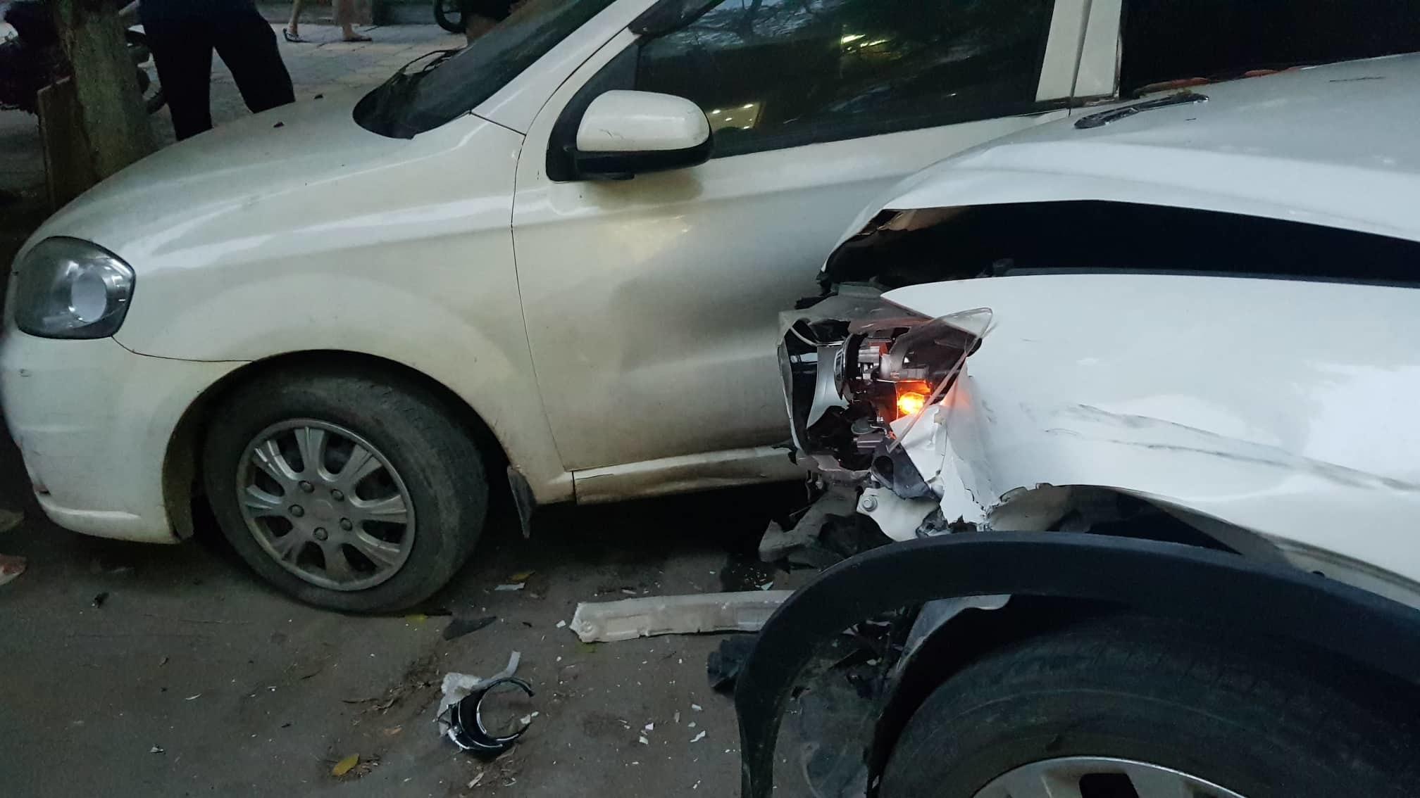 Ô tô Mazda CX5 tông cả loạt xe máy trên đường Hà Nội