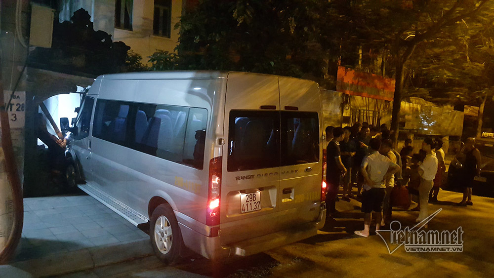 Ô tô tông taxi sập cổng làng ở Hà Nội, 2 người đi cấp cứu