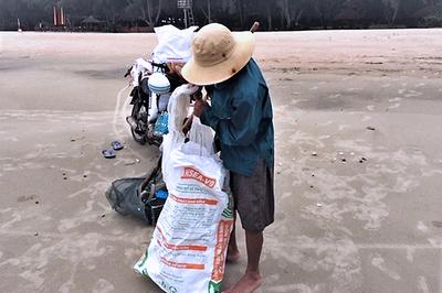 Lầm lũi trên bãi biển, người đàn ông kiếm tiền triệu mỗi ngày