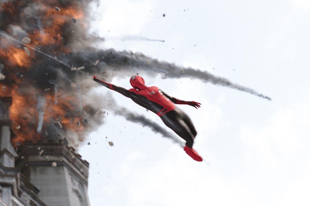 Chưa chiếu tại Mỹ, 'Người nhện xa nhà' đã phá đảo phòng vé