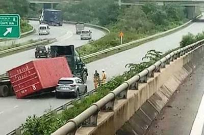 Xe container rơi thùng hàng đè ô tô trên cao tốc Long Thành