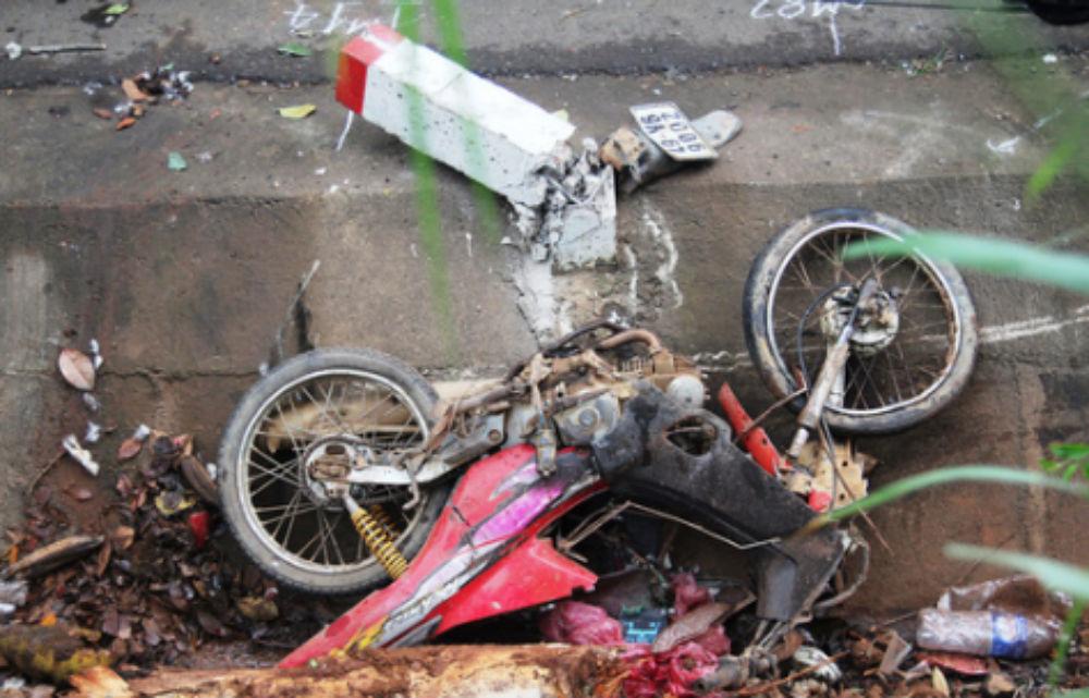 Xe khách chở 26 người họ hàng vò nát xe máy rồi lao gốc cây