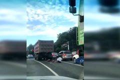 Bị xe tải 'nuốt chửng', cô gái thoát chết kỳ diệu