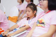 Con gái Hoa hậu Ngọc Diễm khóc ròng ở trại hè vì nhớ các bạn