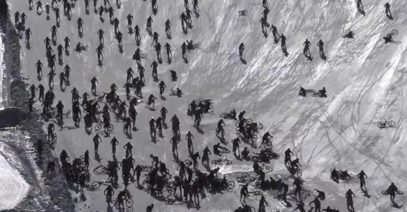 Hàng trăm tay đua xe đạp bổ nhào xuống vách đá