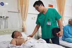 Dọn bàn học cho con, người đàn ông trượt ngã bị kéo đâm vào vùng ngực