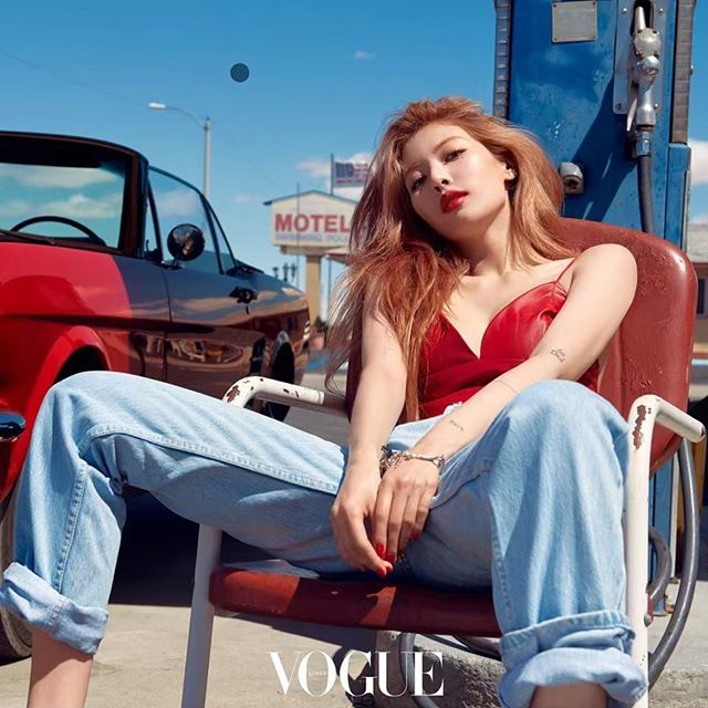 'Nữ hoàng sexy' HyunA khoe ngực trên tạp chí
