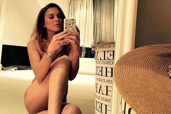Lindsay Lohan gây tranh cãi vì chụp ảnh khoe thân táo bạo