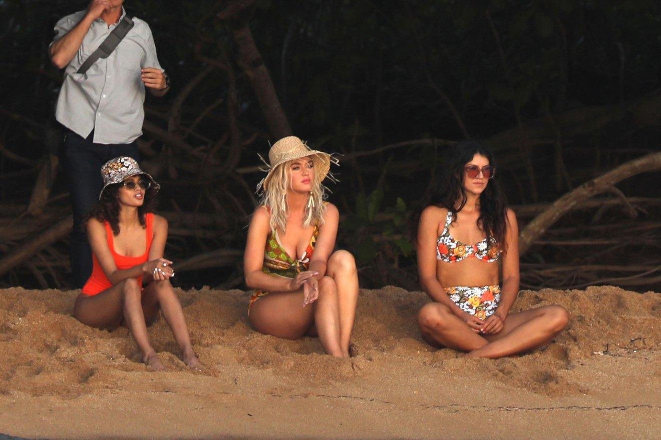 Katy Perry thả dáng khoe 3 vòng nóng bỏng với áo tắm đỏ rực