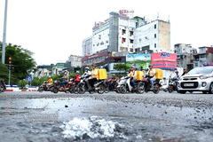 Vỡ ống nước ở ngã 6 Hà Nội, nước chảy lênh láng dọc phố