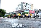 Vỡ ống nước ở ngã 6 Hà Nội, nước chảy như suối giữa phố