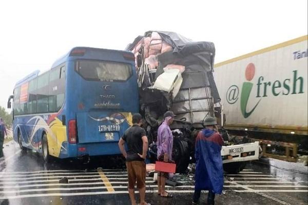 Ba ô tô đâm dính chặt nhau ở Quảng Bình, 10 người đi cấp cứu