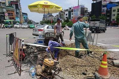 Công nhân đội nắng vá đường ống nước giữa ngã 6 Hà Nội