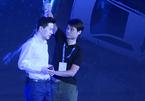 CEO Baidu bất ngờ bị dội nước vào đầu khi đang diễn thuyết về AI