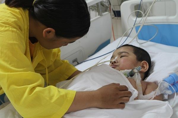 Nhói lòng cảnh bé trai 5 tuổi bị u thân não mong manh sự sống