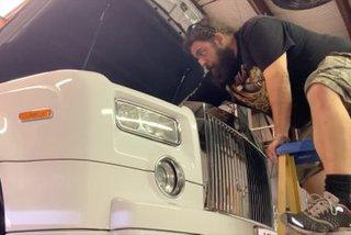 Cách thay dầu Rolls-Royce giúp đại gia tiết kiệm số tiền lớn