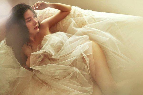 Mẫu nữ từng gây tranh cãi khi chụp ảnh hớ hênh cùng người đẹp Thư Dung lại gây sốc với bức ảnh khỏa thân ở bồn tắm