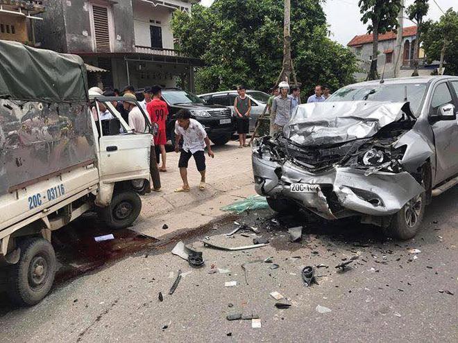 Xe tải nhỏ lộn vòng sau cú tông tóe khói ở Thái Nguyên, tài xế tử vong