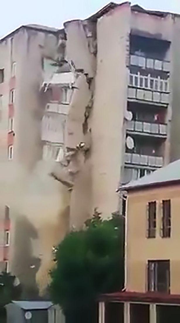 Chung cư cũ tách đôi đổ sập trong tích tắc, trăm người mất nhà