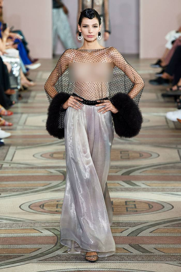 Nhiều người mẫu mặc xuyên thấu không nội y trong show của NTK tỷ phú