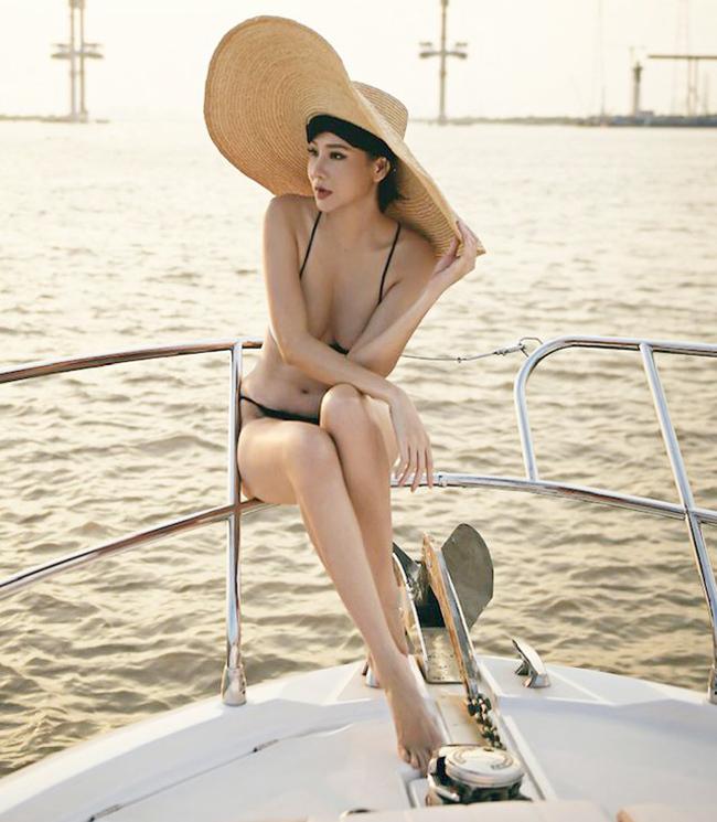 Áo tắm 'gắt' nhất showbiz Việt: Bé xíu bằng bàn tay, cắt xẻ tứ bề...