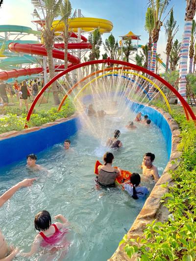 'Xả nhiệt' ở công viên nước Thanh Hà Mường Thanh