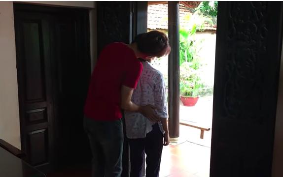 'Về nhà đi con' lộ clip Dương đau khổ vì thất tình, bị con trai cô bán hoa sàm sỡ