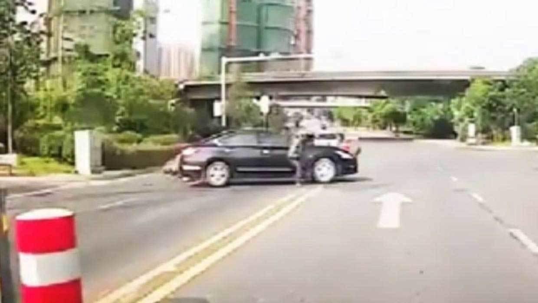 tai nạn xe,đâm ô tô,tài xế,xe máy đâm ô tô