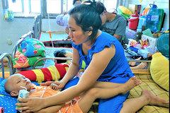 Mẹ mót khoai kiếm sống sợ mất con vì không đủ tiền cứu chữa