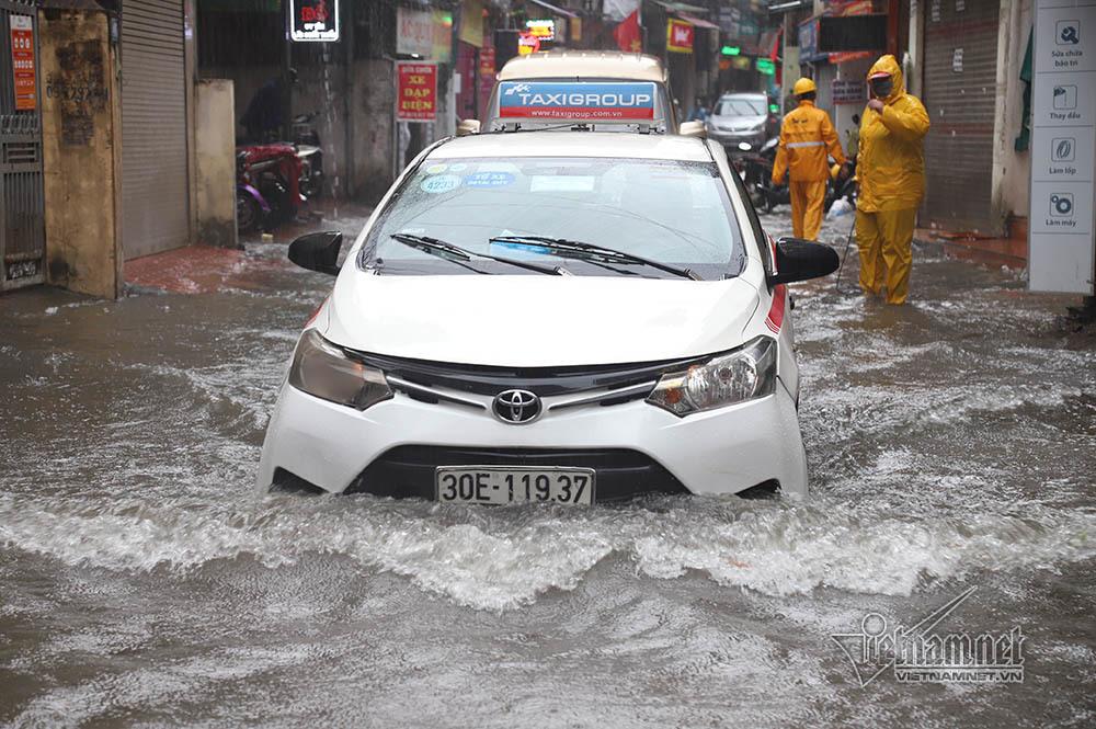 Phố Hà Nội ngập nước cuồn cuộn, xế hộp băng băng rẽ sóng