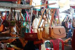 Khám xét 'hàng LV, Chanel' bán theo cân tại chợ Ninh Hiệp