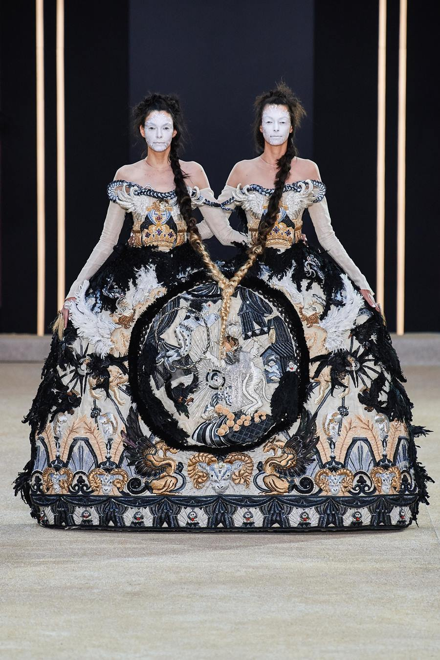 Váy hình quan tài truyền thông điệp cái chết của nhà thiết kế Trung Quốc