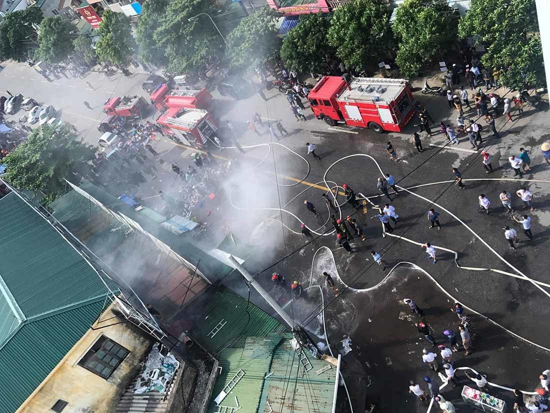 Cháy chợ ở TP Vinh, bệnh viện huy động gần trăm người ứng cứu