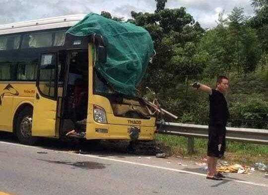 Xe khách đấu đầu xe tải trên cao tốc Hà Nội - Lào Cai