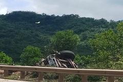 Xe container lao vực ở Quảng Bình, tài xế tử vong
