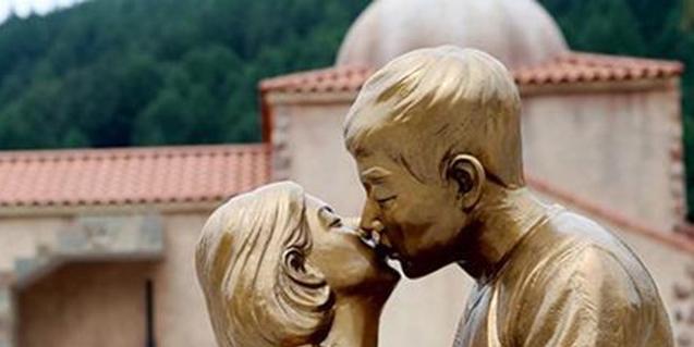 Tượng Song Hye Kyo hôn Song Joong Ki sẽ không bị tháo dỡ