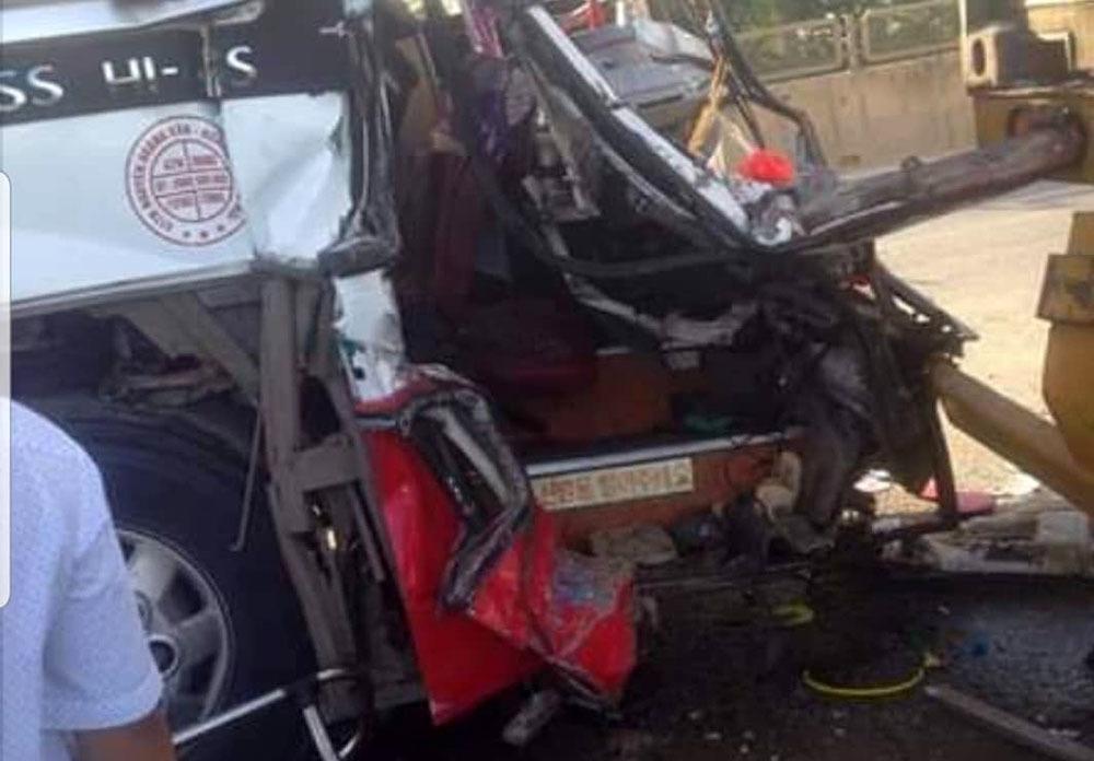 Xe khách chở 50 người đi du lịch Cửa Lò đâm đuôi xe container, 1 người chết