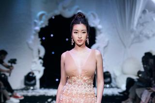 Hoa hậu Mỹ Linh xuất hiện rạng rỡ sau khi lộ ảnh hôn em trai BTV Ngọc Trinh