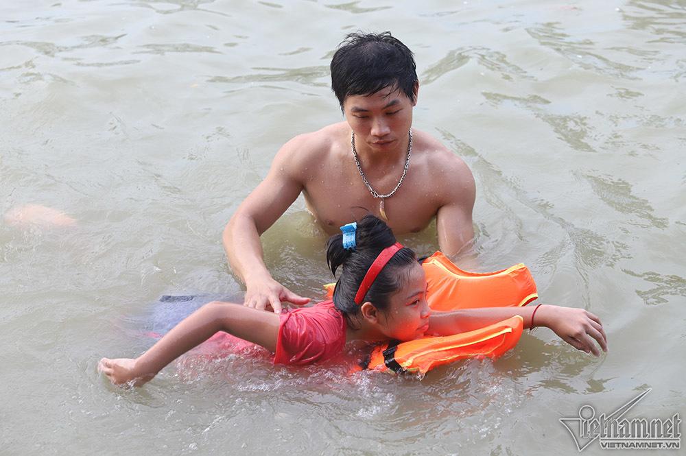 Nóng rát mặt, trăm người Hà Nội thỏa sức vùng vẫy hồ nước ven cao tốc