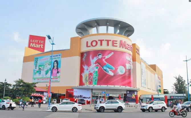 How are foreign retail giants performing in Vietnam?