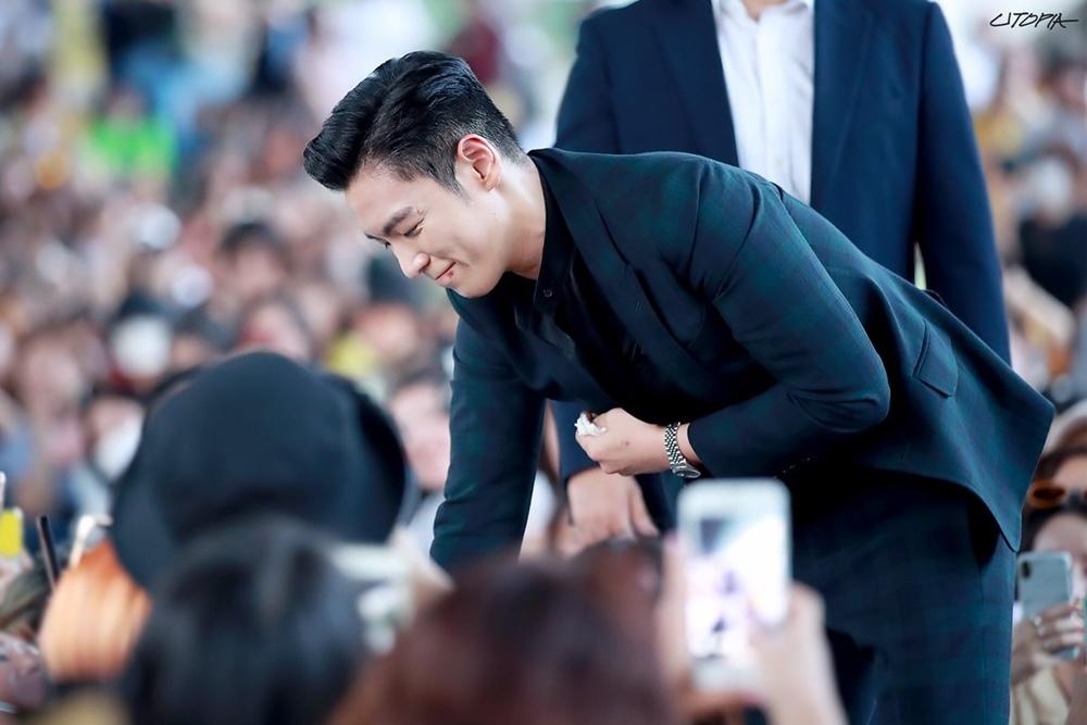 T.O.P (Big Bang) cúi đầu cảm ơn, bắt tay từng fan ngày xuất ngũ