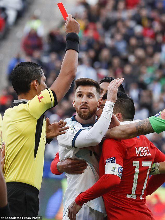 Quay chậm tình huống khiến Messi bị thẻ đỏ