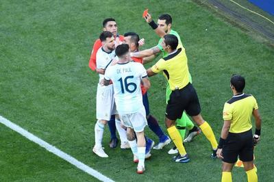 Messi gặp họa thẻ đỏ, nạn nhân của tham nhũng