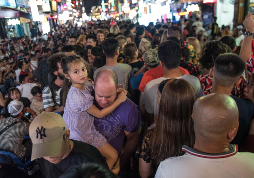 'Sàn nhảy' ngoài trời lớn nhất Sài Gòn: Thoải mái hít bóng cười, vật vã nhậu thâu đêm
