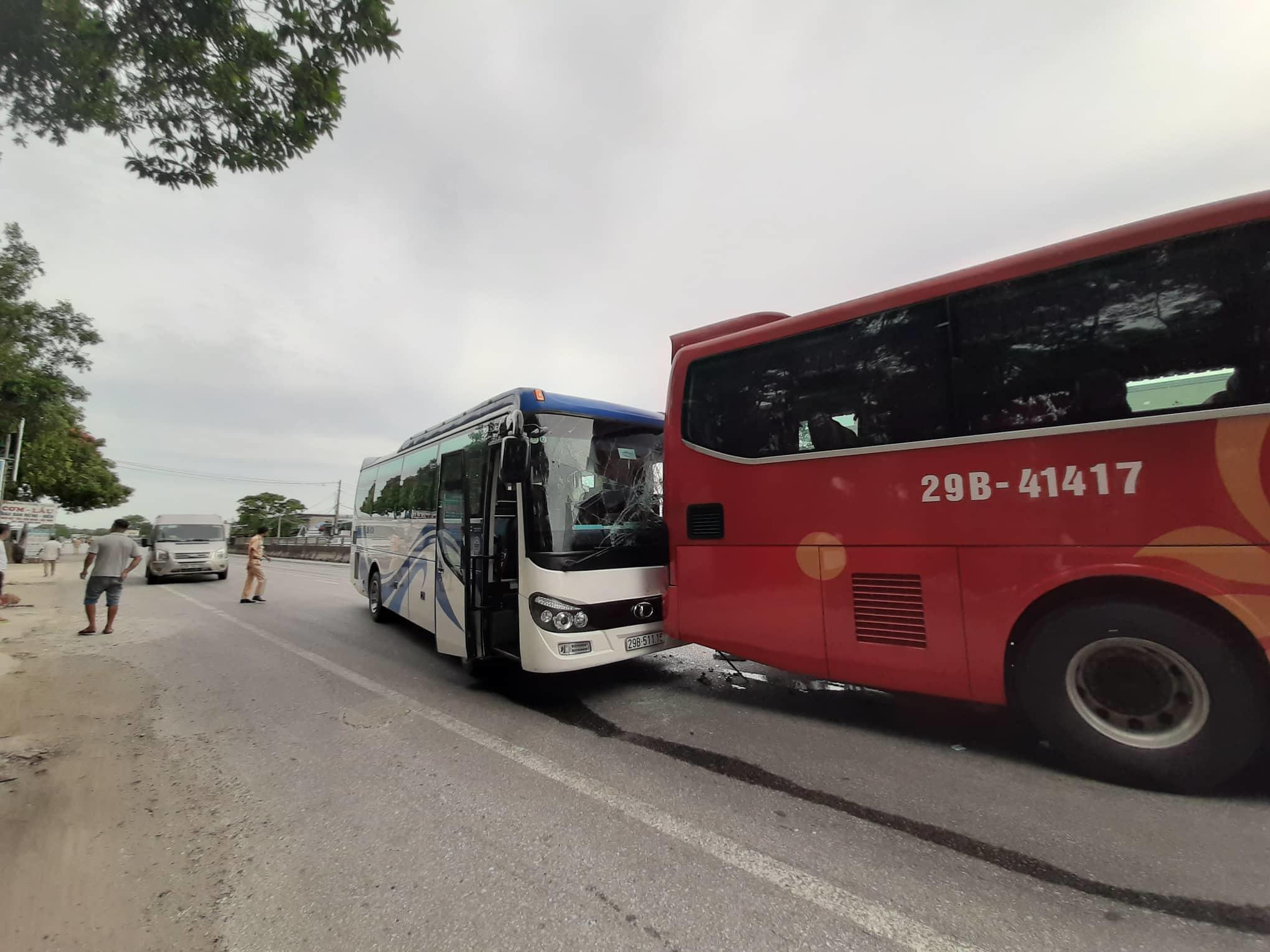 Xe Innova bẹp dúm ở Thanh Hóa sau cú đâm liên hoàn giữa 4 ô tô