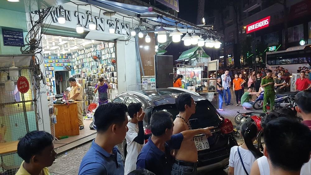 Nữ tài xế lái Mercedes tông la liệt người và xe trên phố Sài Gòn