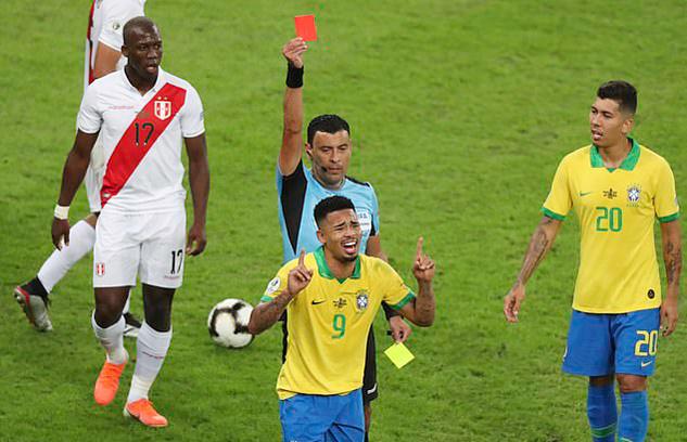 Tiền đạo Brazil nổi giận đấm tung hộp VAR vì bị đuổi