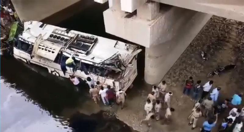 Xe buýt lật ngược rơi xuống kênh, hàng chục người chết